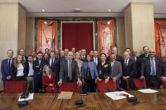 Foto de familia de la Alianza por la Seguridad Vial en su primera reunión en el Congreso de los Diputados.