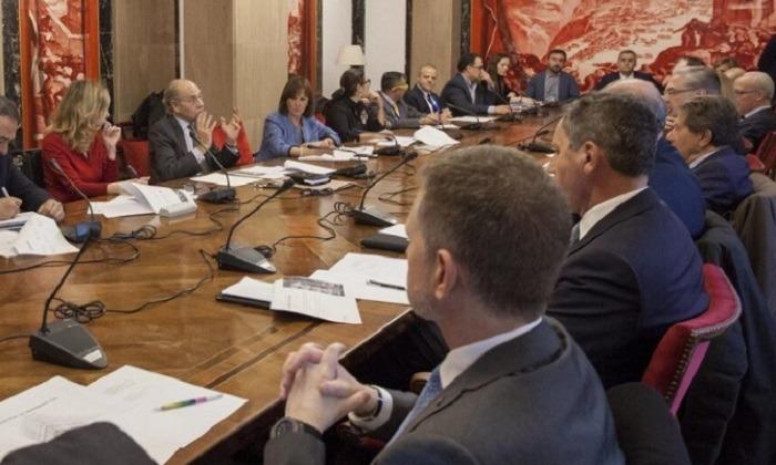 Un momento de la primera reunión de la Alianza por la Seguridad Vial, celebrada en el Congreso de los Diputados.
