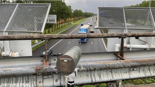 Paso de camiones por una carretera de Países Bajos con vigilancia de cámaras adicionales con sistemas ANPR debido al Brexit