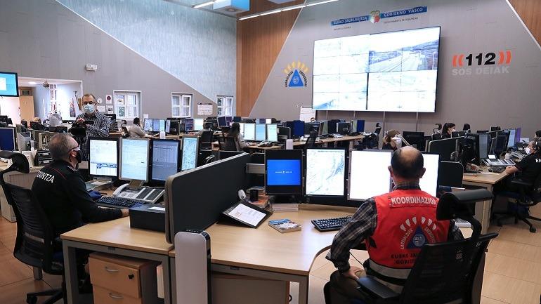 Pedro Anitua Aldekoa en la sala del Centro de Coordinación 112 del Gobierno Vasco
