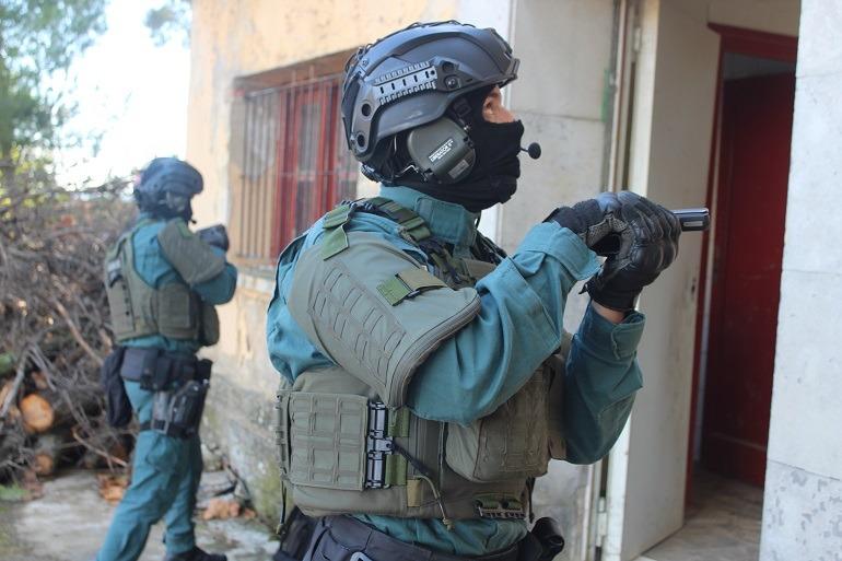Integrante del Grupo de Acción Rápida (GAR) de la Guardia Civil, a punto de entrar en una vivienda