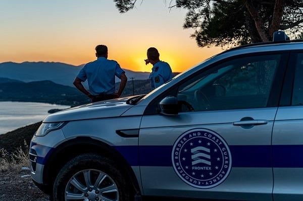 Miembros de FRONTEX ejerciendo la vigilancia de la migración irregular a la UE