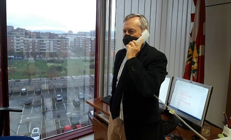 Fotografía de Pedro Anitua Aldekoa en su despacho
