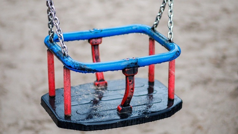 Columpio vacío en un parque infantil