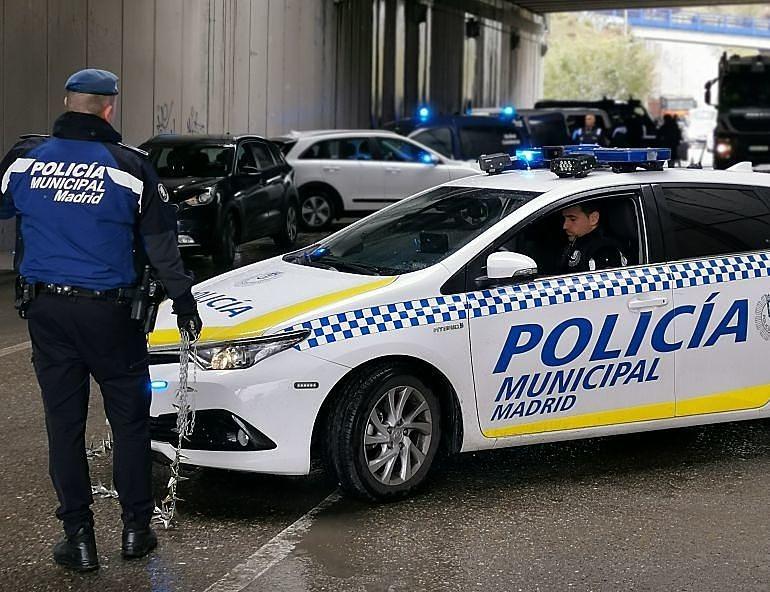 Agente de la Policía Municipal de Madrid en un control, preparado con la cadena de pinchos en la mano