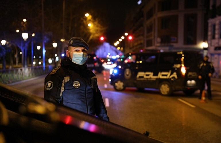 Agente de la Policía Municipal de Madrid en un control nocturno en el Paseo de la Castellana