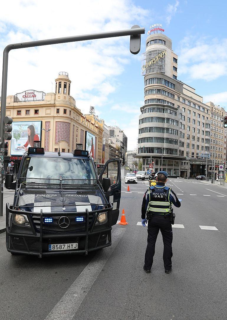 Policía Municipal de Madrid en un control en plena Gran Vía
