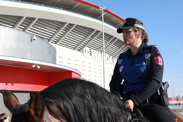 Policía Municipal de Madrid patrullando a caballo por las inmediaciones del Wanda Metropolitano