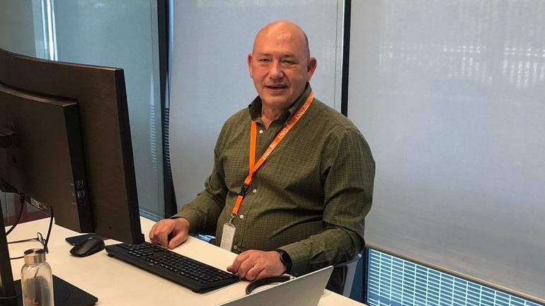 Carlos Carmona ING posa en su despacho