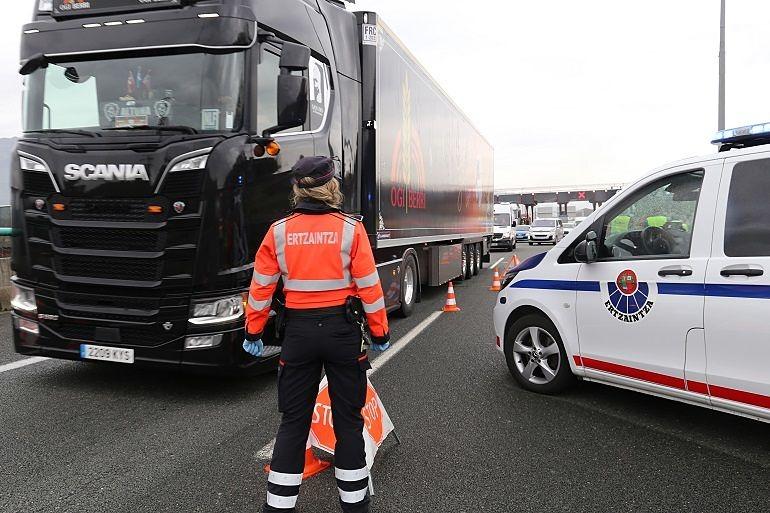 Ertzaina regulando el tráfico de camiones_Entrevista Sonia Díaz de Corcuera