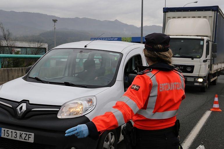 Ertzaina regulando el tráfico de camiones_Entrevista a Sonia Díaz de Corcuera