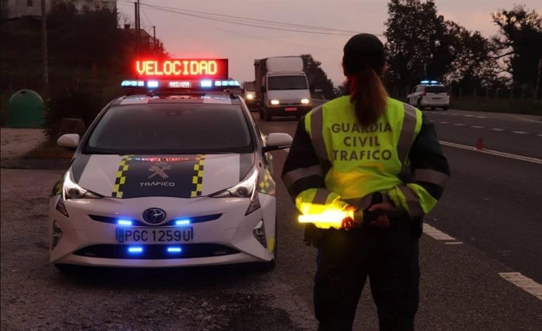 Agente de la Agrupación de Tráfico de la Guardia Civil en un control al anochecer