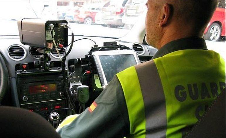 Agentes de la Agrupación de Tráfico de la Guardia Civil en labores de control de velocidad