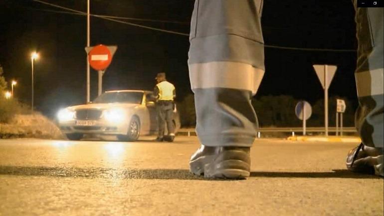 Agentes de la Agrupación de Tráfico de la Guardia Civil en un control nocturno