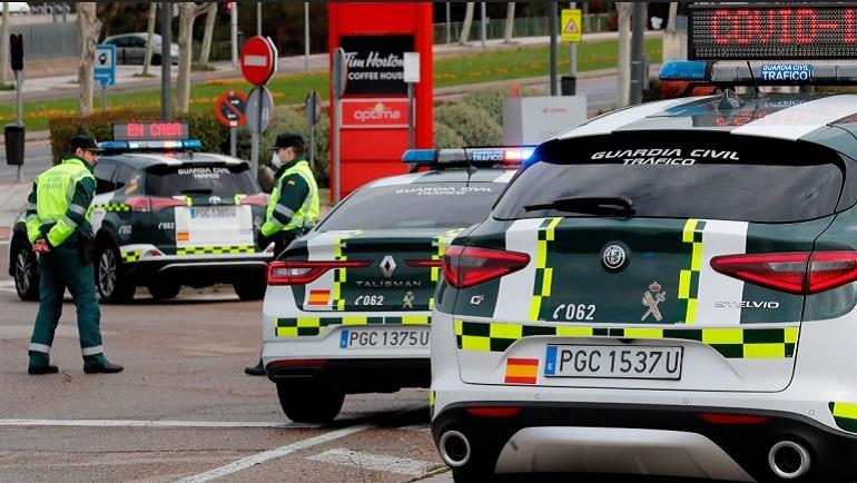 Agentes de la Agrupación de Tráfico de la Guardia Civil en labores de control