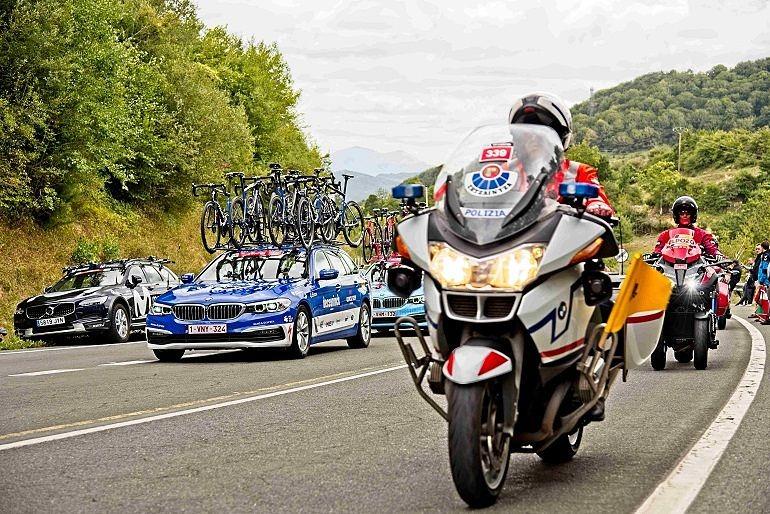 Motorista de la Ertzaintza de Tráfico en control de carrera ciclista_Entrevista a Sonia Díaz de Corcuera