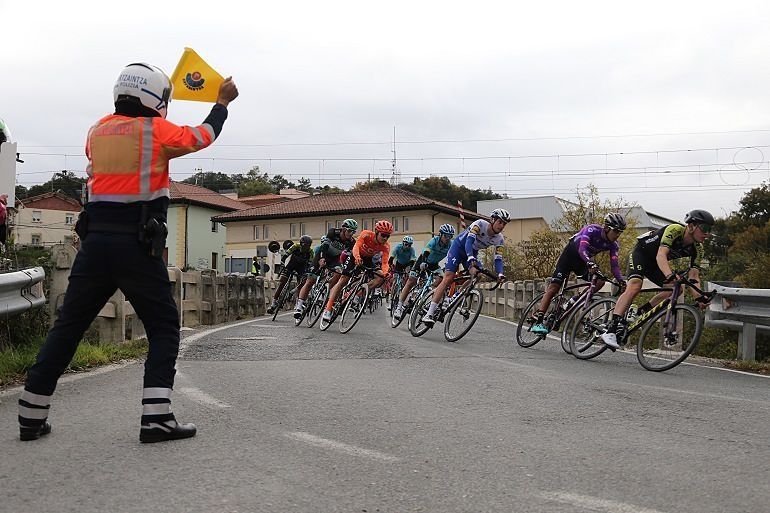 Motorista de la Ertzaintza de Tráfico en control de carrera ciclista_Entrevista Sonia Díaz de Corcuera