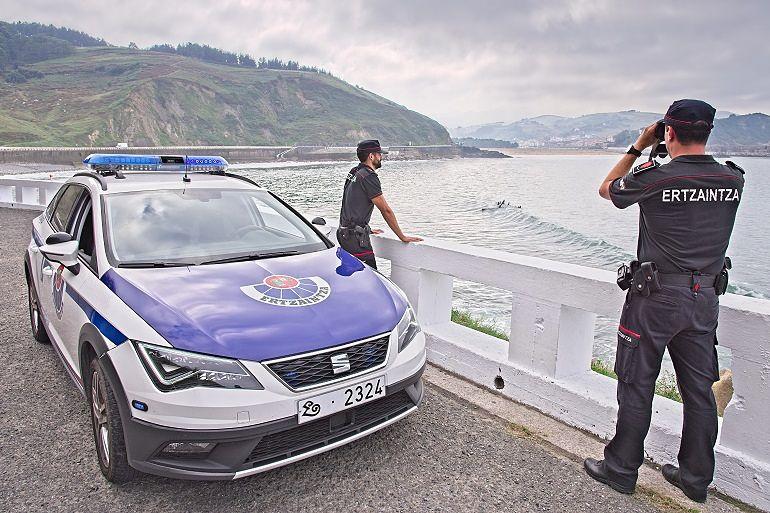 Fotografía de una patrulla de la Ertzaintza. Entrevista al Intendente Josu Bujanda_Jefe de la Ertzaintza