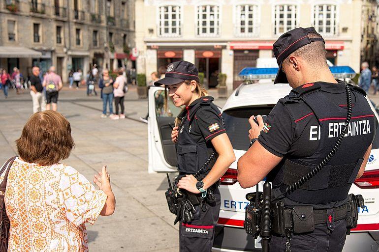 Patrulla de la Ertzaintza atendiendo a una ciudadana. Entrevista al Intendente Josu Bujanda_Jefe de la Ertzaintza