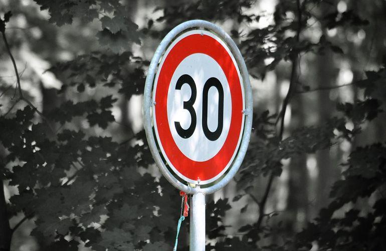 Señal límite de velocidad 30 km/h. Entrevista a Pere Navarro Olivella